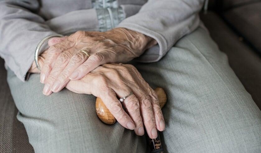 Mensen die mantelzorgverlener, bijvoorbeeld aan hun ouders of buurvrouw, kunnen in aanmerking komen voor het mantelzorgcompliment.