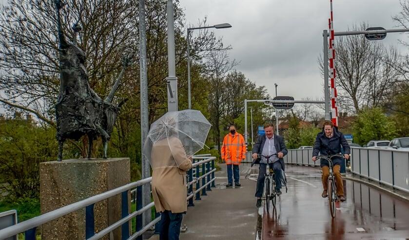 <p>Wethouder Rik van Woudenberg (links) en gedeputeerde Floor Vermeulen fietsen de Stierenbrug op, waar burgemeester Laila Driessen hen opwacht bij de stier. Er was niet toevallig gekozen voor de fiets: Van Woudenberg zou graag zien dat Leidenaren en andere regiobewoners Leiderdorp te fiets bezoeken. &nbsp;</p>