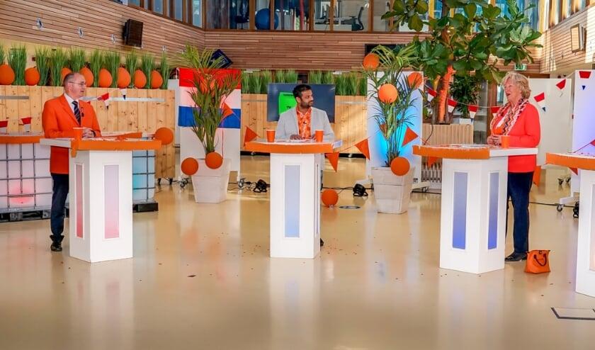 <p>V.l.n.r. voorzitter Hans Kruidenberg van de Oranjevereniging, presentator Rudo Slappendel, burgemeester Laila Driessen.&nbsp;</p>
