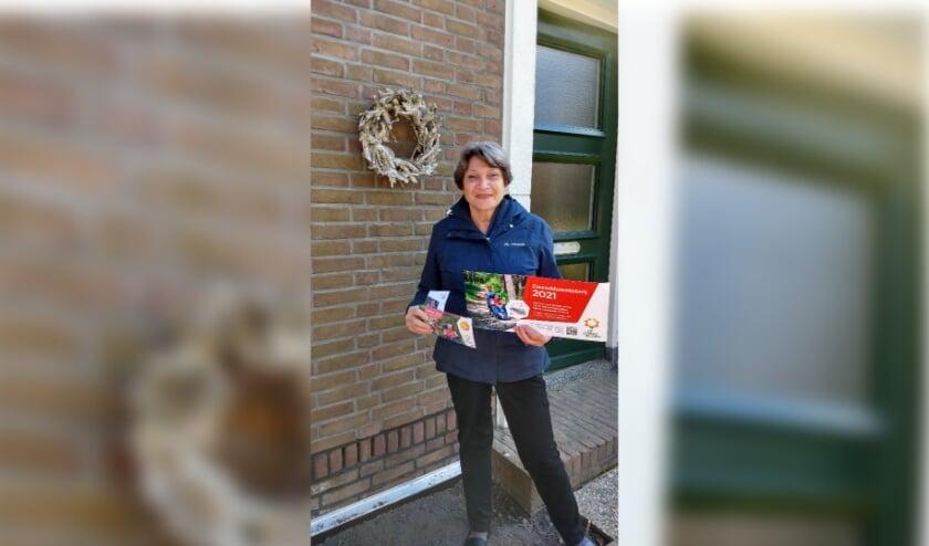 <p>Bestuurslid Joke van der Hulst organiseert de lotenverkoop. | Foto: pr.</p>