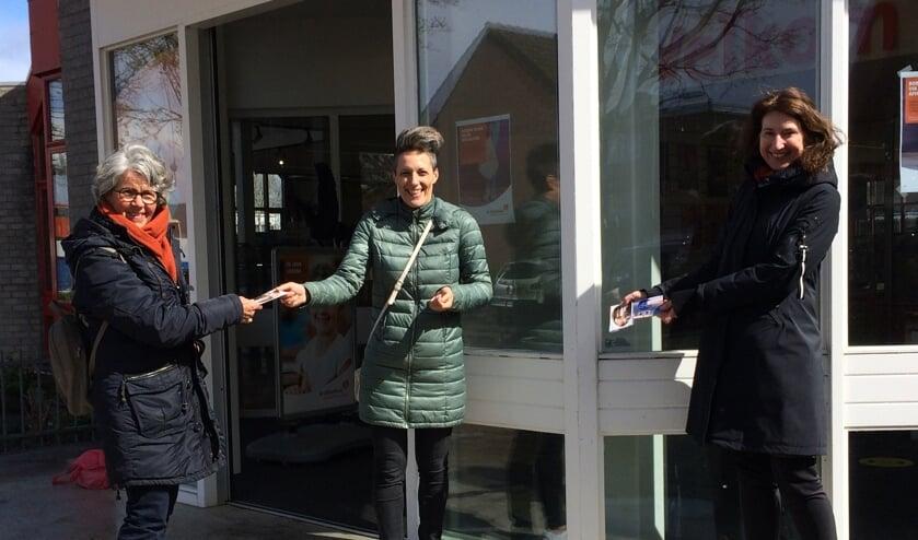 <p>Vanaf links: Thea van Ommeren en haar taalmaatje Vanja Tosutovic. Rechts wethouder Karin Hoekstra. | Foto: pr</p>