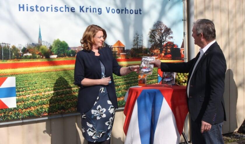 Burgemeester Carla Breuer ontvangt het eerste exemplaar van HKV-voorzitter Cok van Steijn.