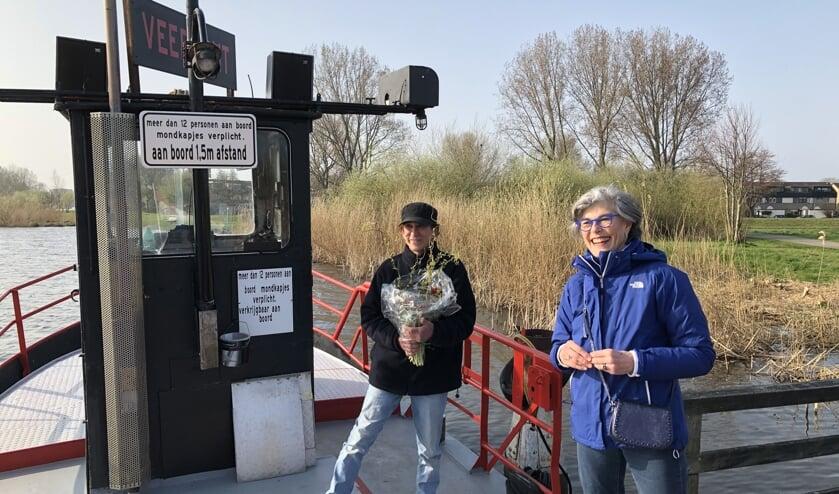 <p>Wethouder Heleen Hooij bij de eerste afvaart, samen met schipper James Taghavi.</p>
