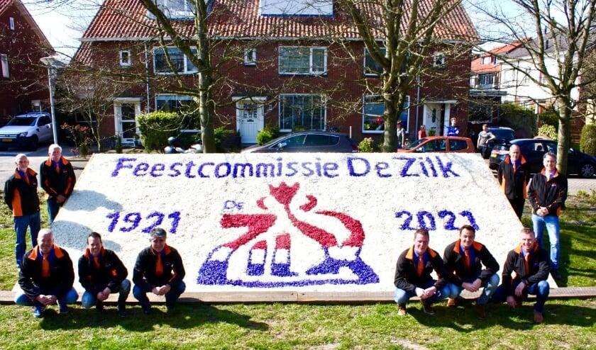 <p>De commissieleden bij het bloemenmoza&iuml;ek. | Foto: pr</p>