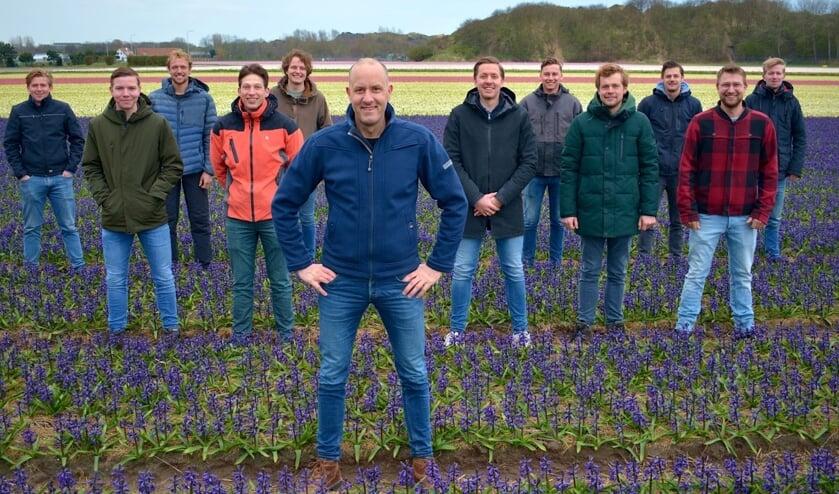 Presentator Johan Overdevest op de voorgrond en de elf jonge boeren die hij volgde.