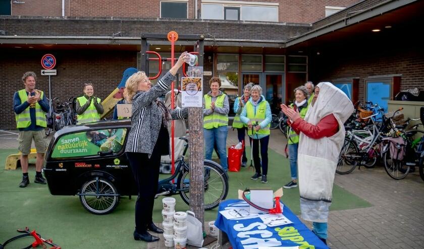 <p>Onder applaus van de Straatjutters gooit burgemeester Laila Driessen het laatste bakje geraapte peuken in de al bijna volle peukenzuil.</p>
