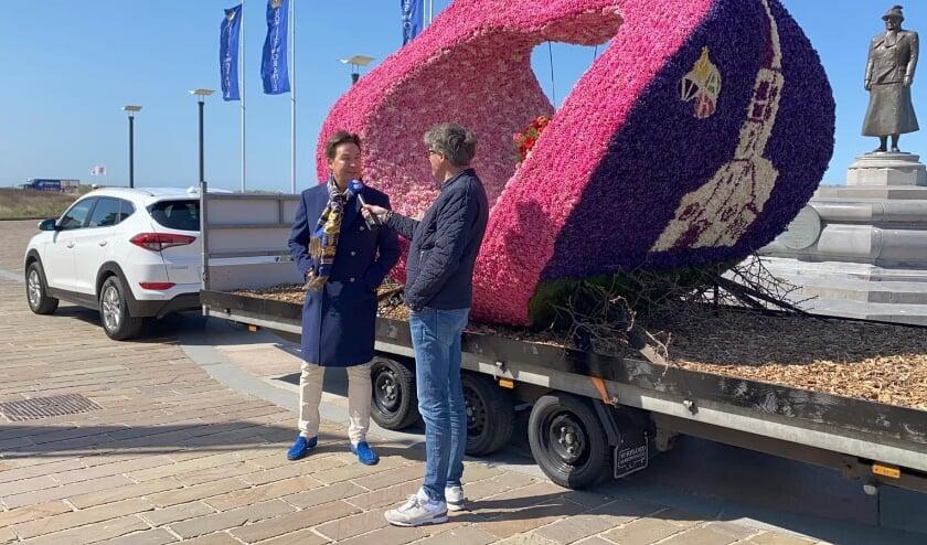 Bram Mol van Hotel van Oranje in gesprek met corsovoorzitter Willem Heemskerk. | Foto: Wilma van Velzen