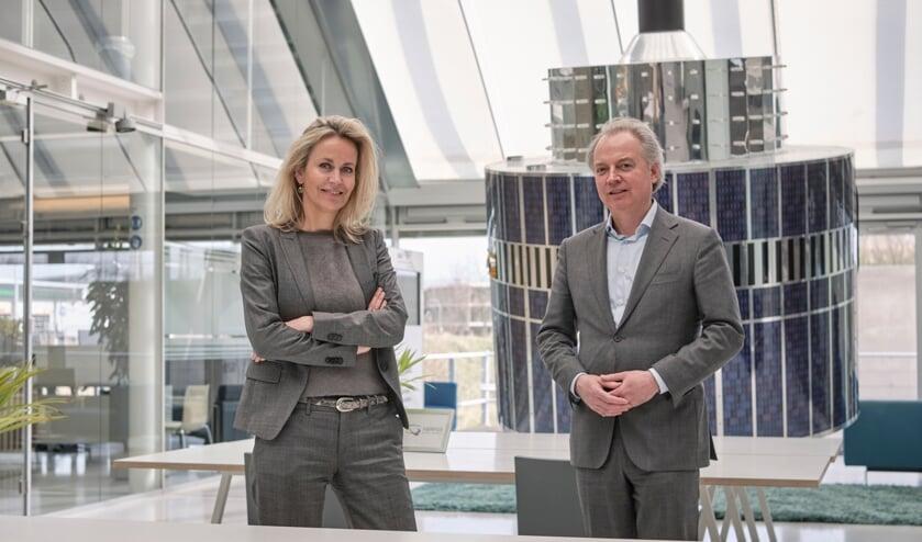 <p>Esther Peters en Lars Flinkerbusch tekenden de overeenkomst voor de Space Campus.</p>