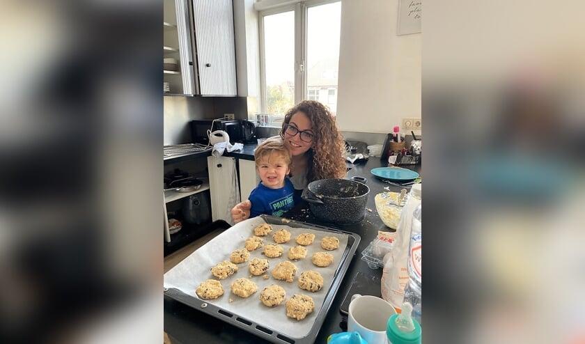 <p>Rosa van de Kerkhof bakt samen met haar zoontje Jackson graag voor mensen die een steuntje in de rug kunnen gebruiken,.</p>