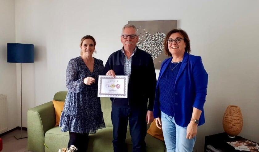 <p>Corina van Diest (Lopen Tegen Kanker) reikt een cheque uit aan Evert Franse en Ritha Bakker (Inloophuis Samenhuis). | Foto: pr.</p>