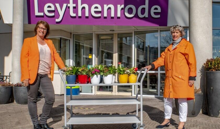 Marlên van Bohemen (links) en Rina Cooijmans met de plantjes.
