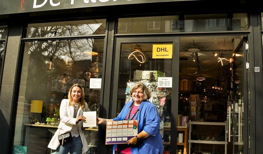 <p>&nbsp;De Flierefluiter neemt de 5.000e Terug naar Oegstgeest-postzegel in ontvangst van Dorpsmarketing Oegstgeest.</p>