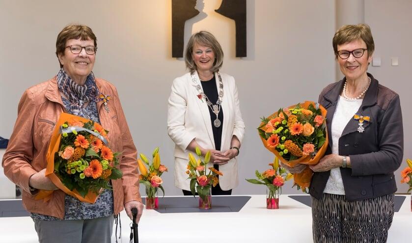 <p>Vlnr: Dini Zonneveld-Mastenbroek, burgemeester Lies Spruit, en Amy Bongers.</p>