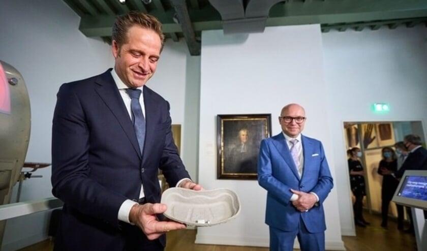 <p>Het eerste Janssen vaccin is gezet. Hugo de Jonge samen Amito Haarhuis.&nbsp;</p>
