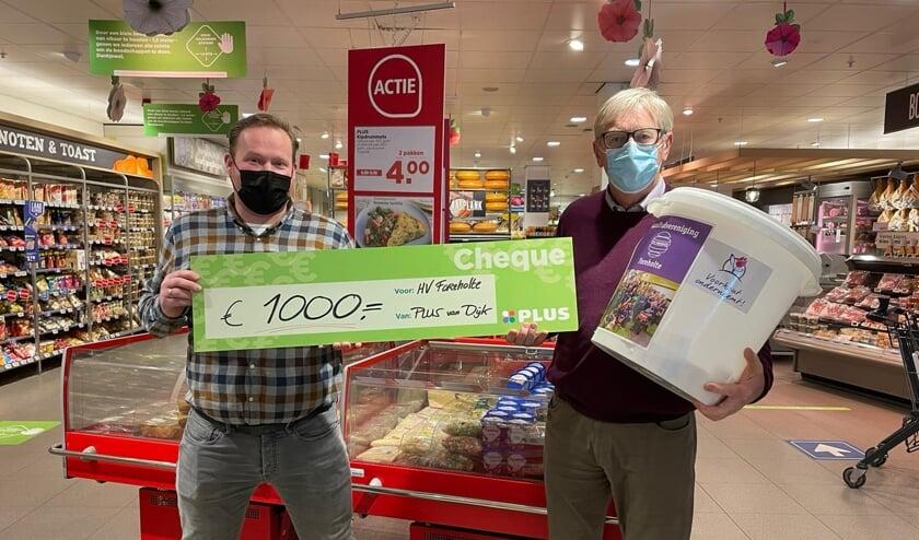 <p>Joop van Dijk overhandigt de cheque aan Bert Pilaszek (sponsorcommissie HV Foreholte). | Foto: pr.&nbsp;</p>