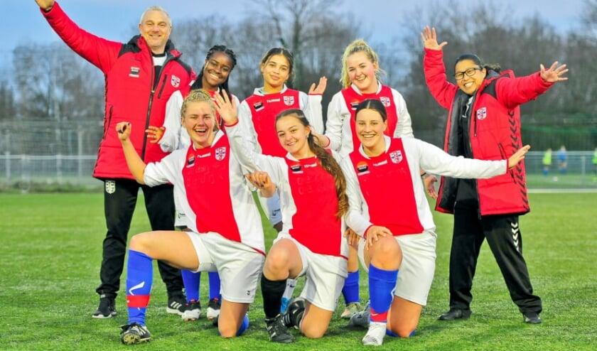 <p>Enthousiaste RCL meiden met links technisch co&ouml;rdinator Gerard Hoogenboom en rechts trainer-coach Jaclyn Leiwakabessy.</p>
