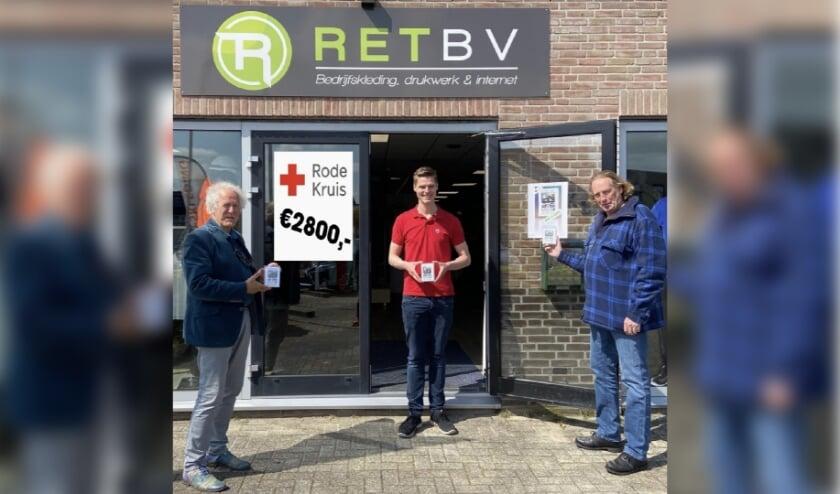 <p>Daan Verbruggen van Retreclame, Vincent de Kievit en Peter Topper, penningmeester van kunstenaarsvereniging Bollenstreek in Beeld (BiBkunst) die het eindbedrag tonen van &euro; 2800, geschonken aan het Rode Kruis.</p>