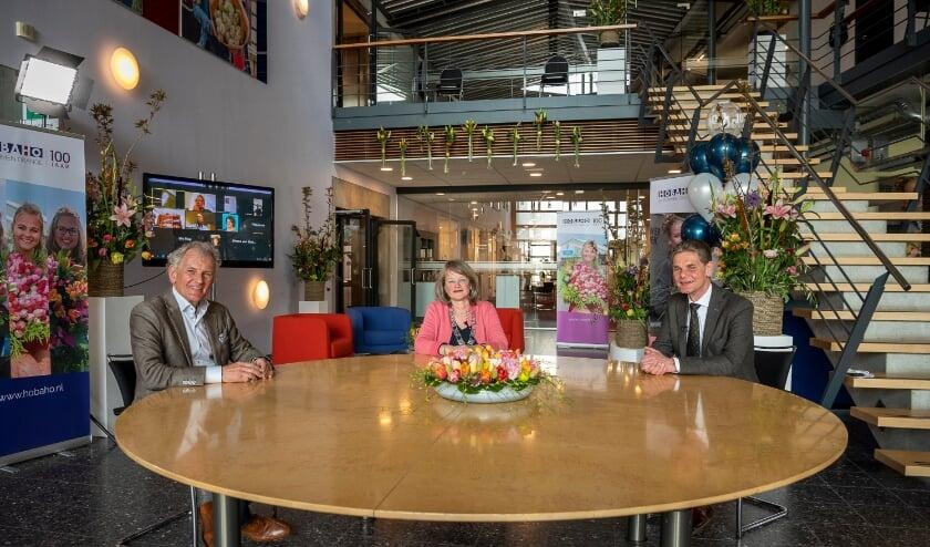<p>Burgemeester Spruit op bezoek bij het 100-jarige Hobaho, met links Sam van Egmond, directeur bemiddelen en rechts Foeke Gardenier, algemeen directeur.</p>