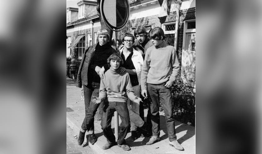 <p>Omstreeks 1966 in de Willem Botsstraat in Voorhout: (v.l.n.r.): Cock Slobbe, Nico Bakker, Peet van der Werf, Tinus Zuidhoek, Gerard Meijer. | Foto: pr.</p>