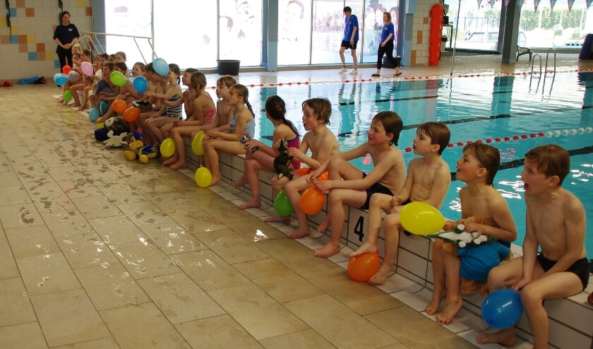 <p>Blije gezichten na afloop op de rand van het zwembad.   Foto Willemien Timmers</p>