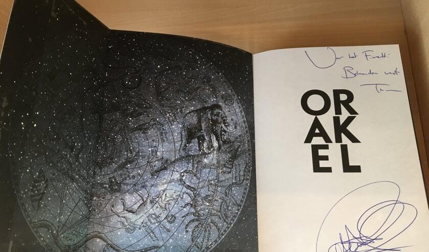 Een gesigneerd exemplaar van het nieuwste boek van Thomas Olde Heuvelt voor het Fioretti College.