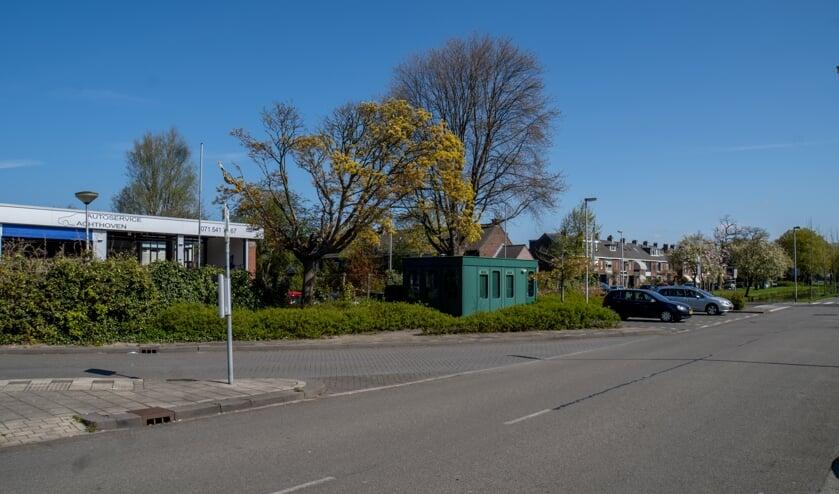 <p>Garagebedrijf Autoservice Achthoven ligt nu grotendeels verscholen achter een heg.</p>
