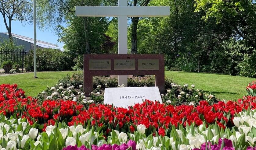 Bloemen bij het oorlogsmonument op de openbare begraafplaats aan de Hoogmadeseweg, op 4 mei 2020. | Archieffoto: PR
