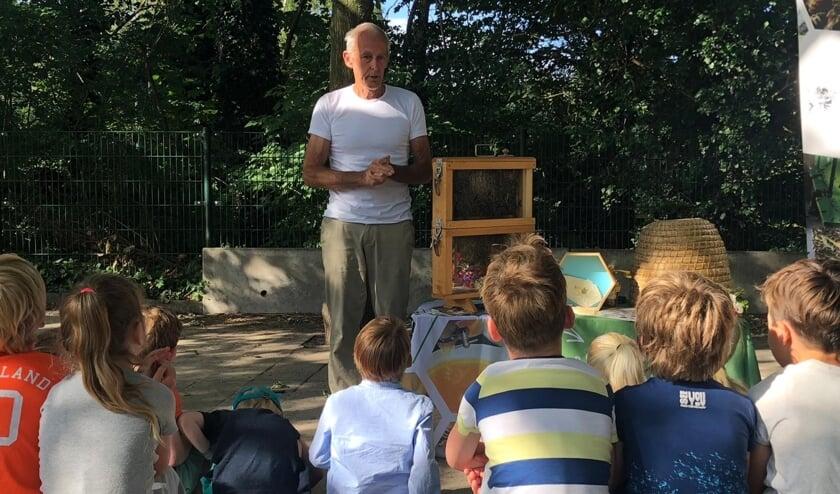 <p>Imker Meinhard van de Reep vertelt over de zijn passie. | Foto: archief, pr</p>