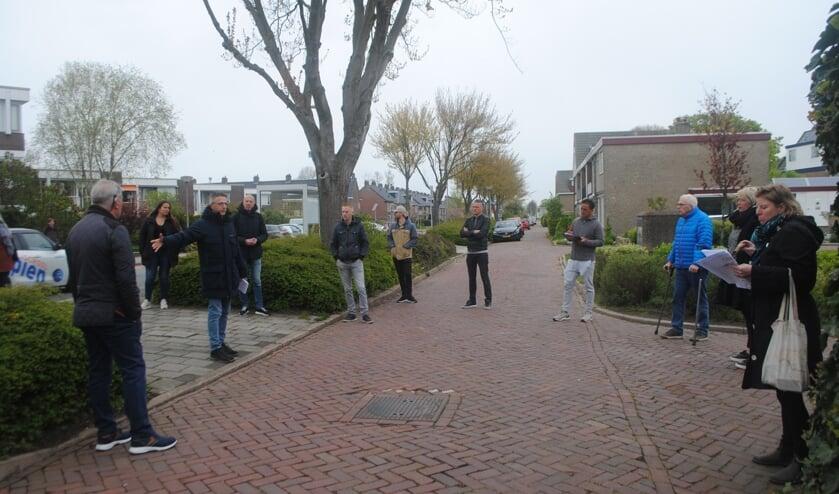 <p>Bewoners wijzen op de Mauritssingel (ventweg) aan wat hun bezwaren zijn. De projectmedewerkers maken een notitie. Links (aan de overkant) appartementencomplex Mauritsstaete.</p>