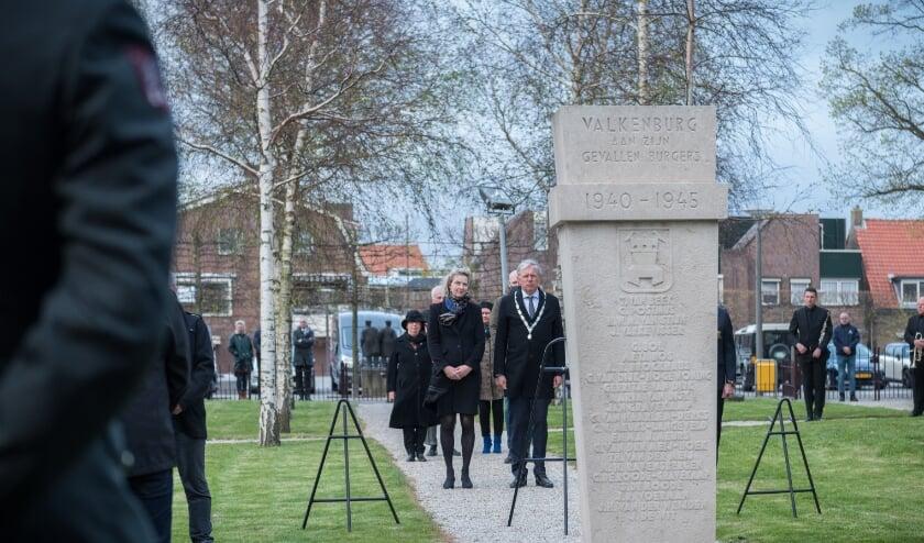 <p>Burgemeester en mevrouw Visser met het prachtige zicht op het monument.</p>