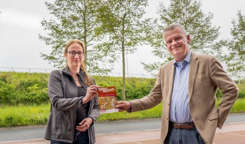 <p>Esther Verlind overhandigt het succesverhalenboekje aan wethouder Daan Binnendijk.</p>
