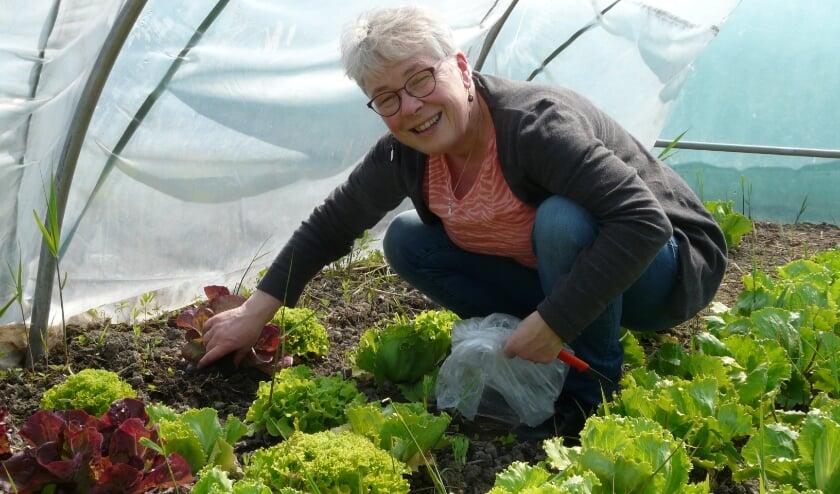 <p>Simone met de eerste oogst op de nieuwe locatie. | Foto: pr.</p>