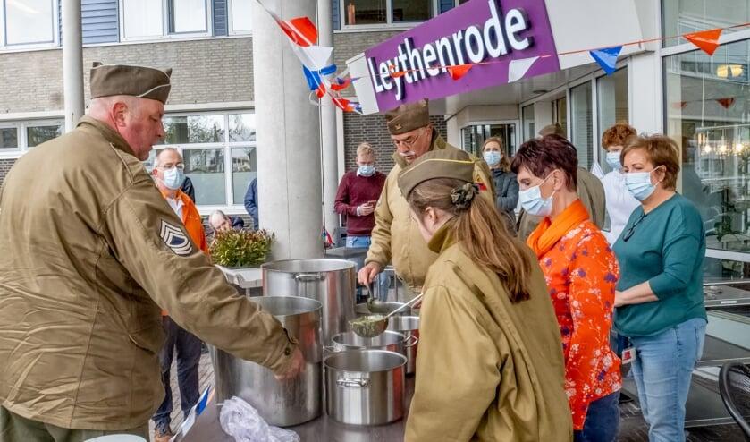 <p>Het lijkt een beetje op een gaarkeuken; leden van de Able Compagnie delen Vrijheidssoep uit bij verpleeghuis Leythenrode.</p>