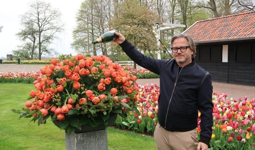 <p>Guus Meeuwis was onder de indruk van de oranje tulp.</p>