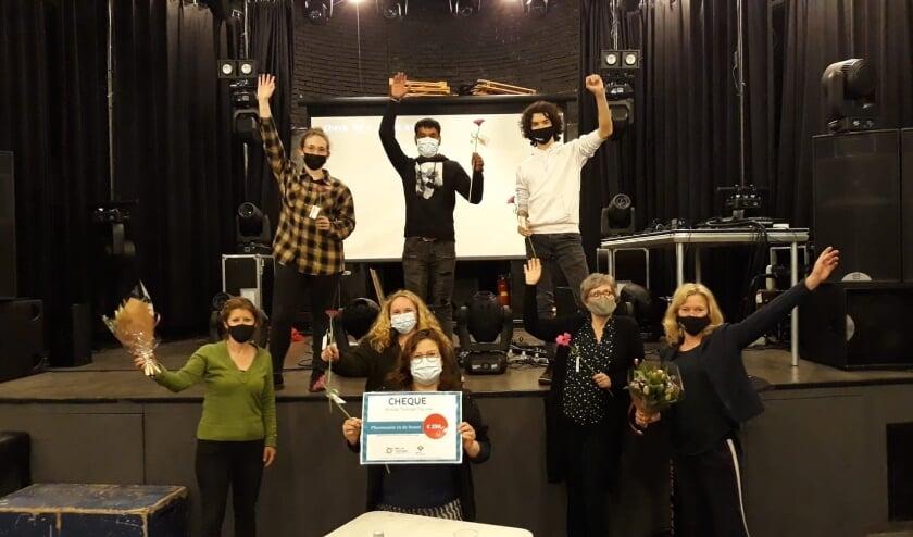 <p>De winnaars van Plusmaatjes met de cheque van 250 euro.&nbsp;</p>