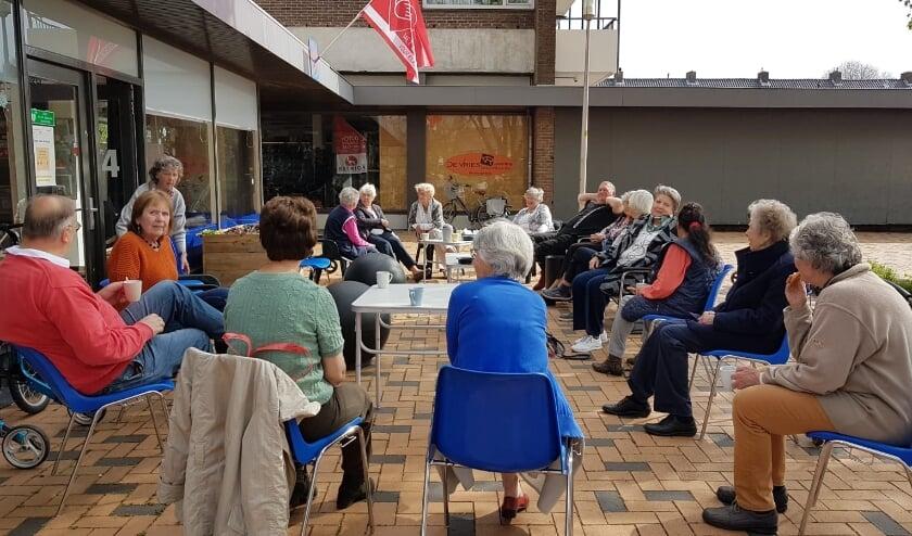 <p>Het weer werkte ook nog mee zodat iedereen tijdens deze eerste koffieochtend heerlijk buiten kon zitten.</p>