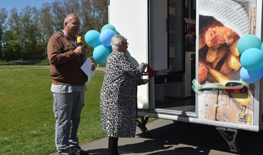 <p>Mevrouw Elissen-van Rhijn verrichtte de openingshandeling van de nieuwe viskar op De Goerie. | Foto: Kees Verhoef</p>