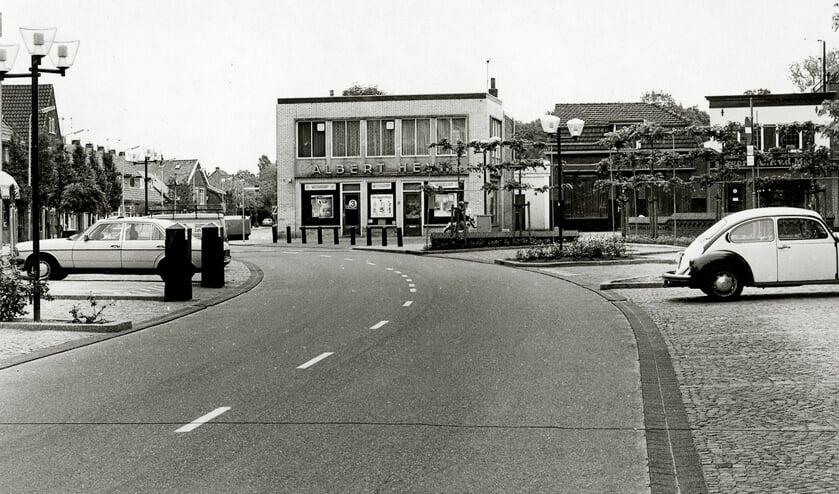 <p>Dorpsplein Sassenheim, vanuit Hortuslaan, links Kerklaan, rond 1980. | Foto: pr.</p>