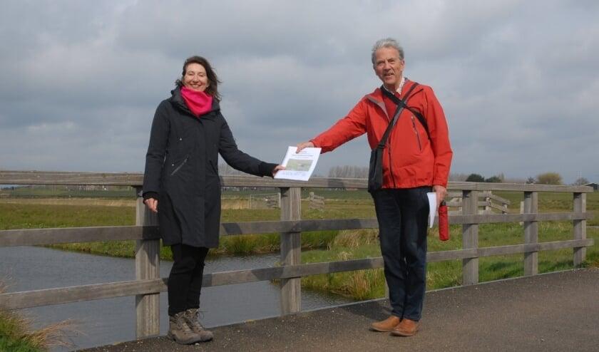 <p>Wethouder Karin Hoekstra en Chris Brunner (Vogelwerkgroep Zuid-Kennermerland). | Foto: pr.</p>