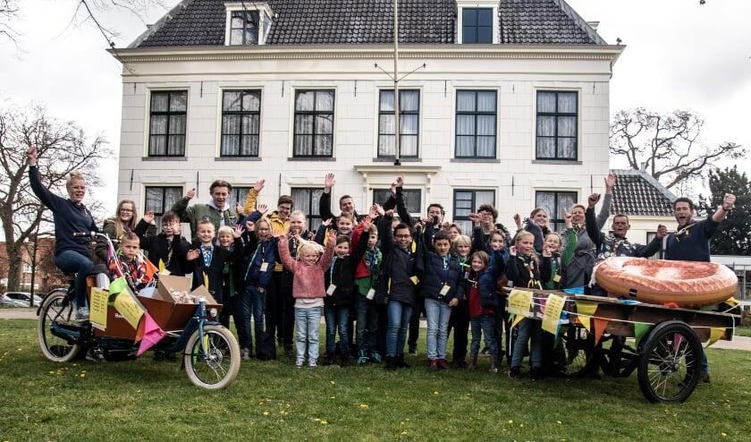 <p>De scouts bij het hof met de stroopwafelkar. | Foto met dank aan Christian Berlemon.</p>