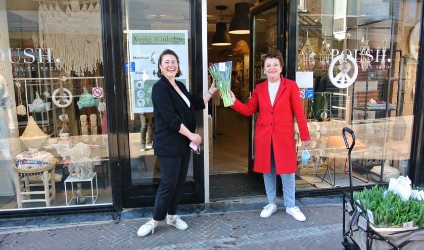 <p>Sylvia Beugelsdijk verrast ondernemers met een bloemetje. | Foto: pr</p>