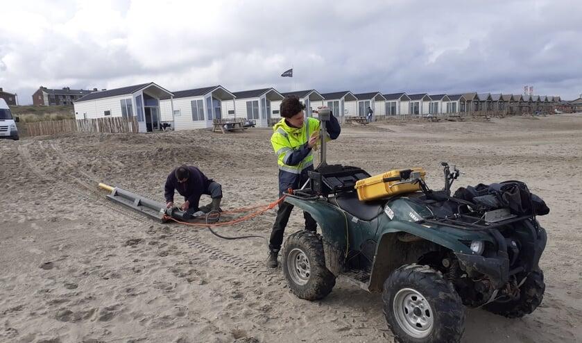 <p>Onderzoekers van de Universiteit van Gent maken de grondradar klaar voor het onderzoek. | Foto: Cor de Mooy</p>