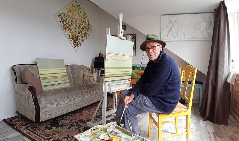 <p>De Hillegomse kunstenaar in zijn atelier.   Foto: Denise van der Zande.</p>
