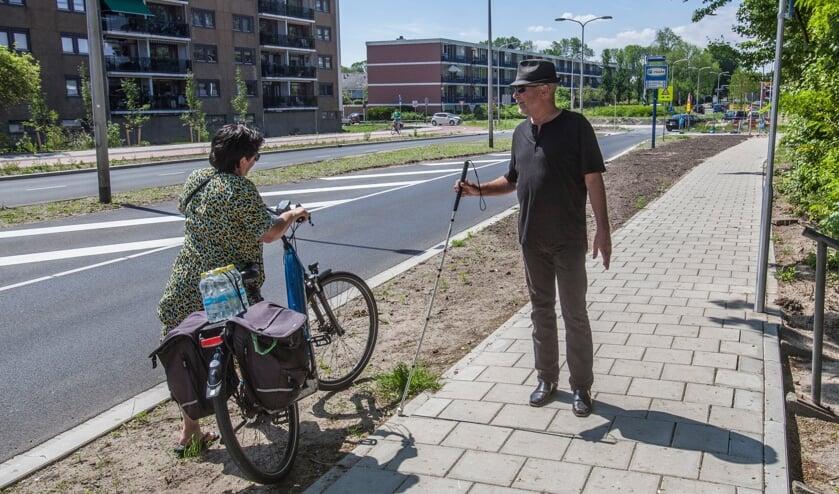 <p>Koos Ouwehand spreekt een fietsster aan die over het voetpad rijdt.   Foto: Adrie van Duijvenvoorde</p>
