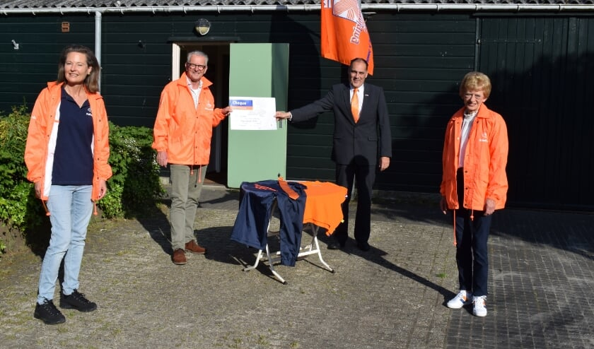 <p>Pamela van Leeuwen (Rabobank Bollenstreek), Koos van der Vlugt (ledenraad, tweede van links) en Tiny Oostdam (Rabobank Bollenstreek) overhandigen de cheque aan voorzitter Ton Wolvers. | Foto: pr.</p>