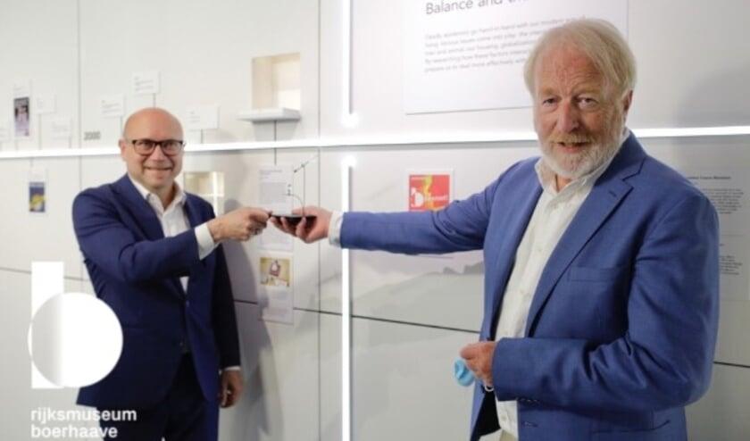 <p>Amito Haarhuis, directeur Boerhaave krijgt eerste BioNTech/Pfizer ampul van Jaap van Dissel.</p>