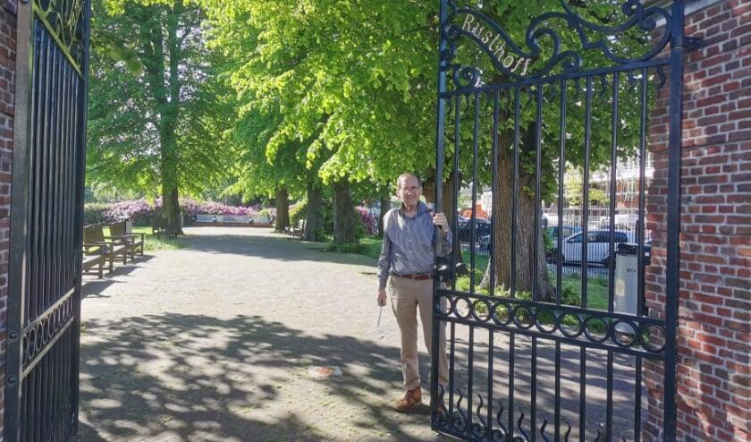 <p>Frans Plevier, in 2001 oprichter van de Stichting Park Rusthoff en nu nog steeds beheerder, treft de laatste voorbereidingen voor de zaterdagopenstelling. | Foto: Jan Leune</p>