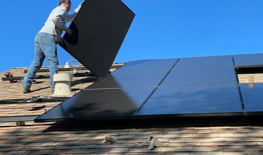 <p>Zonnepanelen op het dak.</p>