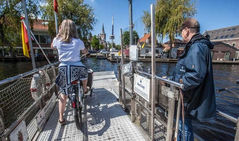 <p>Het pontje tussen Valkenburg en Rijnsburg.   Foto: Adrie van Duijvenvoorde</p>