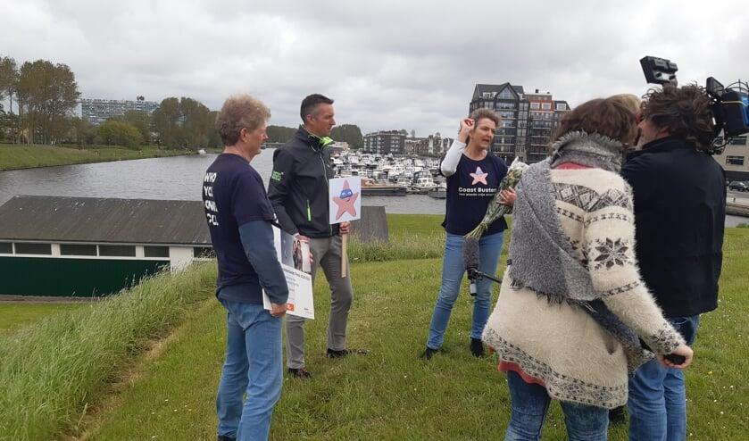 <p>Claar-els van Delft geeft voor de camera uitleg over het beoogde bellenscherm in het Uitwateringskanaal in Katwijk. <br>| Foto: RD</p>